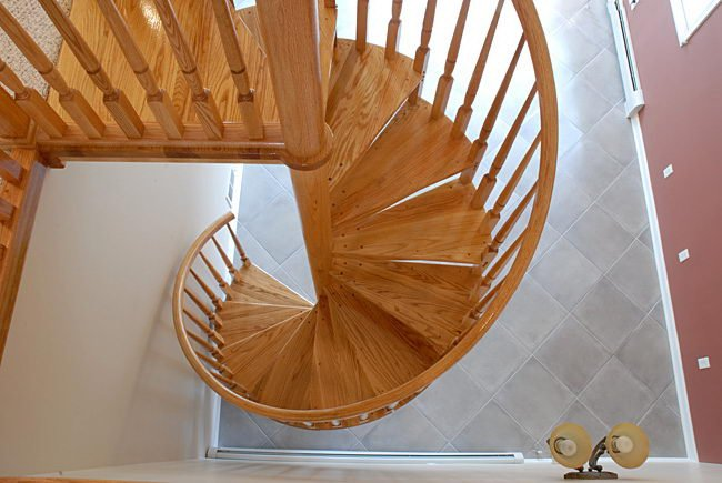 Винтовая лестница из дерева на заказ
