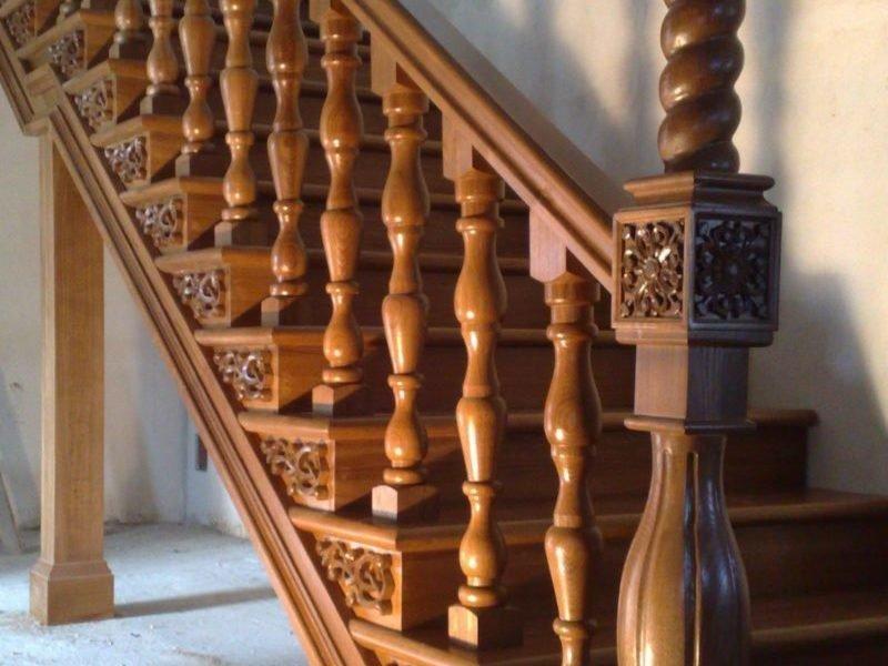 Лестничные столбики из бука с орнаментом