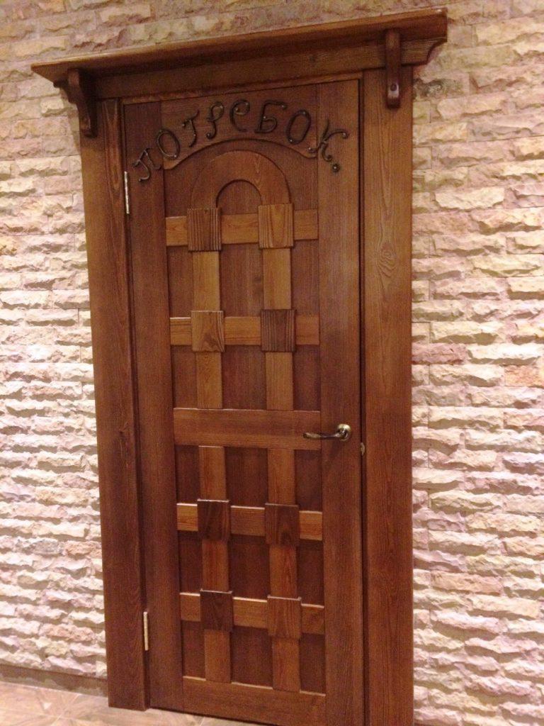 Дверь брашированная,тонированная сосна,лак.